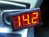 Цифровой вольтметр в гнездо прикуривателя автомобиля 12/24 вольта (цвет индикации случайный)